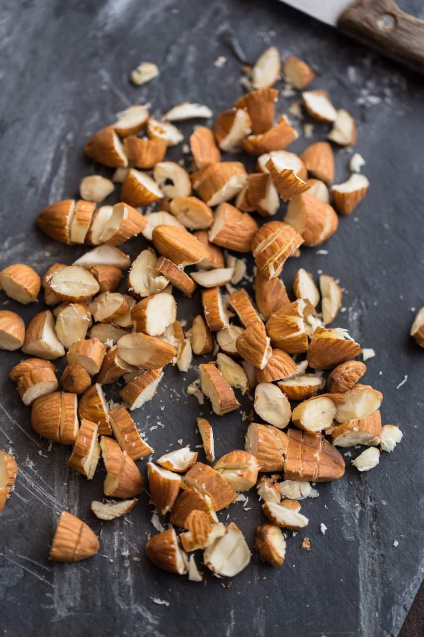 Quinoa-Mandel-Rosinen gefüllter Kürbis