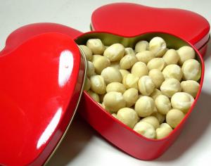Macadamia-Herz, 150g ganze Macadamianüsse, natur ungeröstet in Herzdose