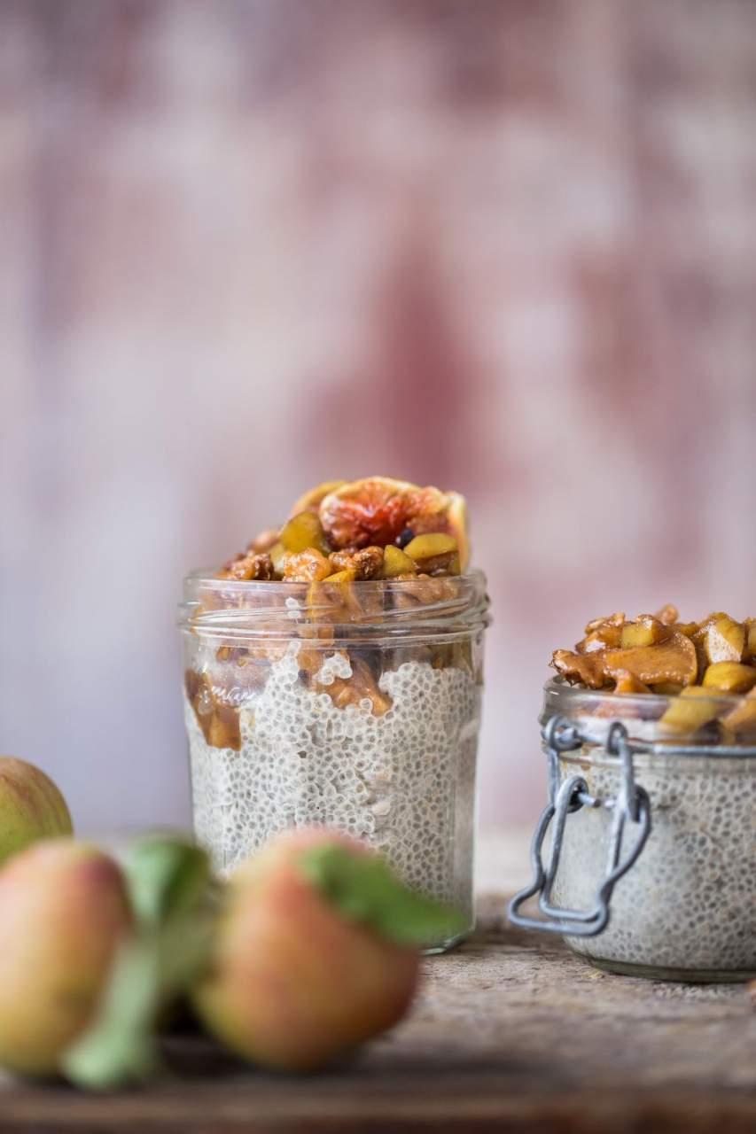 Chia Pudding mit karamellisierten Nüssen und Äpfeln